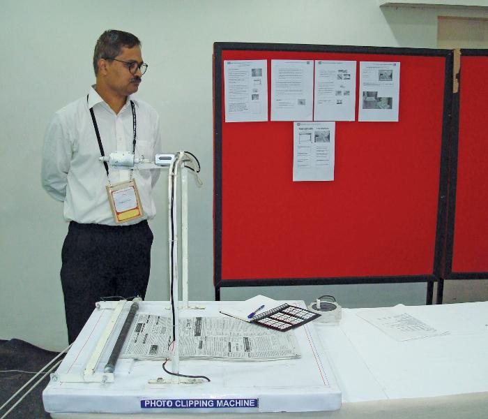 Mandar Thite demonstrating his photo clipping machine
