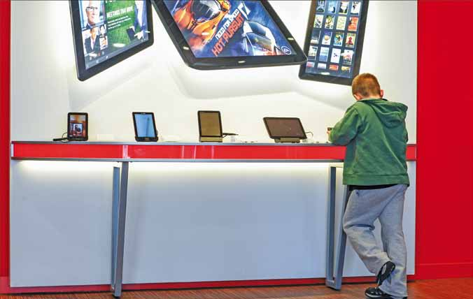 Customers get hands-on experience with Verizon Wireless flexible digital showcase of 4G