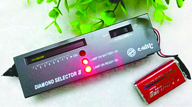 Electronic diamond tester with LED indicators